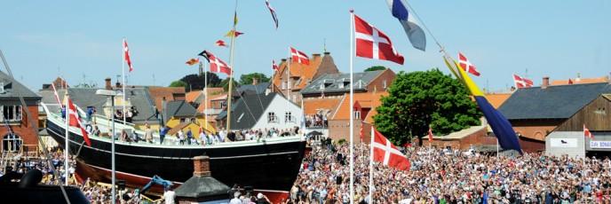 Set fra skorstenen af Caroline var der ikke megen plads til Bonavista i menneskehavet på Eriksens Plads. Øens færger sejlede 5.000 gæster til Marstal. Andre tusinder kom i 700 lystbåde og 92 træskibe.