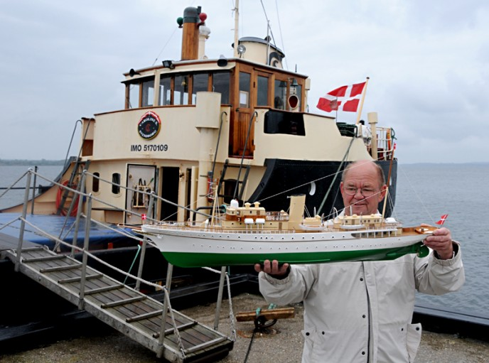 Svend Poulsen med sin fantastisk smukke kopi af Dannebrog