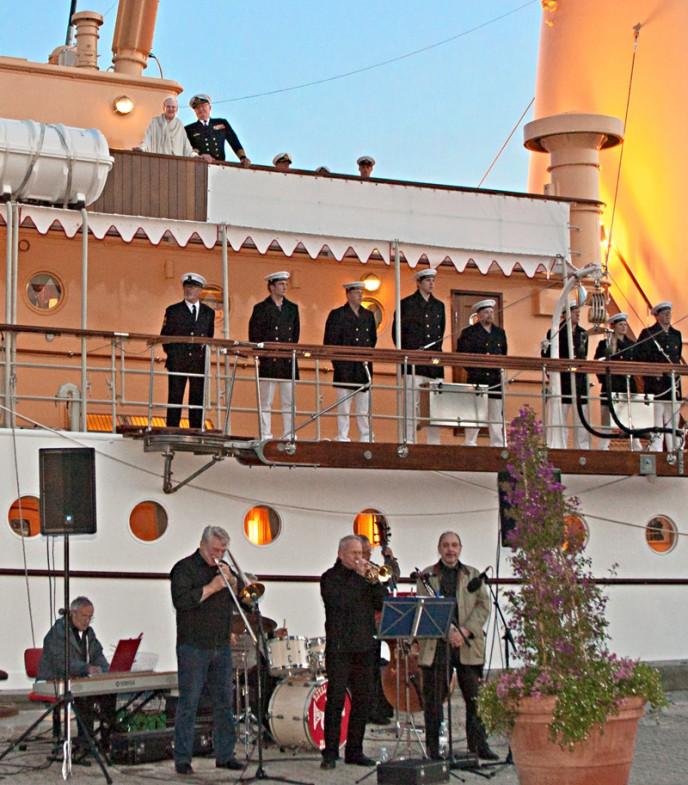 Dronningen og Prinsgemalen nyder Royakl Gardens koncdert i Grenå 2011